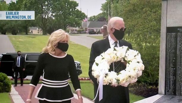 Joe ja Jill Biden peittivät lasvonsa mustilla maskeilla.