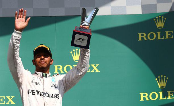 Lewis Hamilton oli Belgiassa palkintokorokkeella kisan voittaneen Nico Rosbergin ja toiseksi sijoittuneen Daniel Ricciardon kanssa.