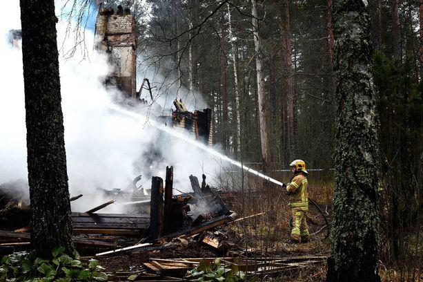 Vastaanottokeskukseksi kaavailtu talo paloi tiistaina maan tasalle Niinisalossa.