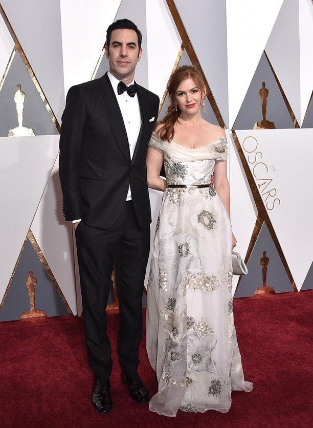 Näyttelijäpariskunta Sacha Baron Cohen ja Isla Fisher ovat olleet viisi vuotta naimisissa. Heillä on kolme lasta.