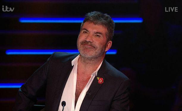 Brittien X Factor -ohjelman tuomarina parhaillaan ahkeroiva Simon Cowell joutui jättämään yhden live-jakson väliin kaatumisensa vuoksi.