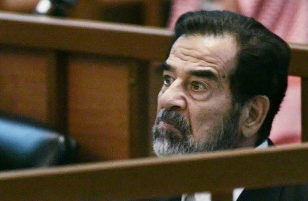 Irakin diktaattori Saddam Hussein oikeudenkäynnissä vuonna 2006. Hänen nimikaimoillaan on ongelmia muun muassa työn löytämisessä.