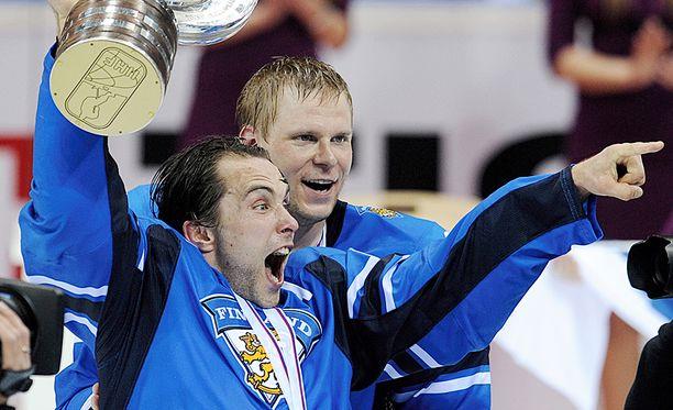Tuomo Ruutu ja Mikko Koivu juhlivat MM-kultaa Bratislava vuonna 2011,