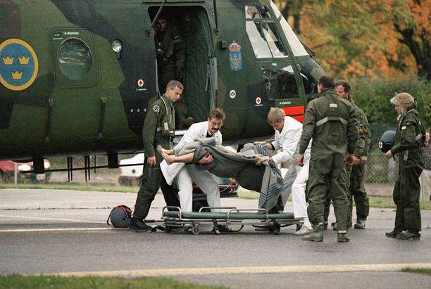 Yksi viimeisistä turmapaikalta tuoduista uhreista nostettiin helikopterista Turun yliopistollisessa sairaalassa.
