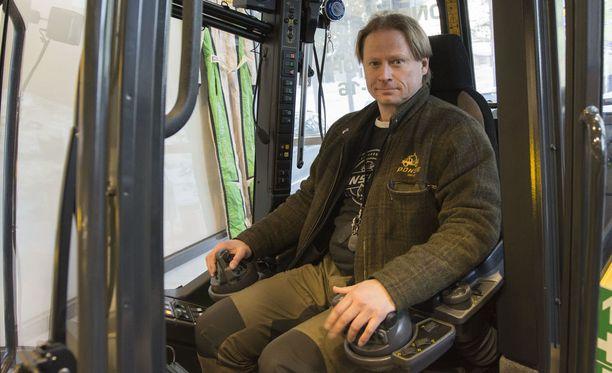 Nykyään metsäkoneita ohjataan joystickeilla, Juha Vidgrén esittelee.