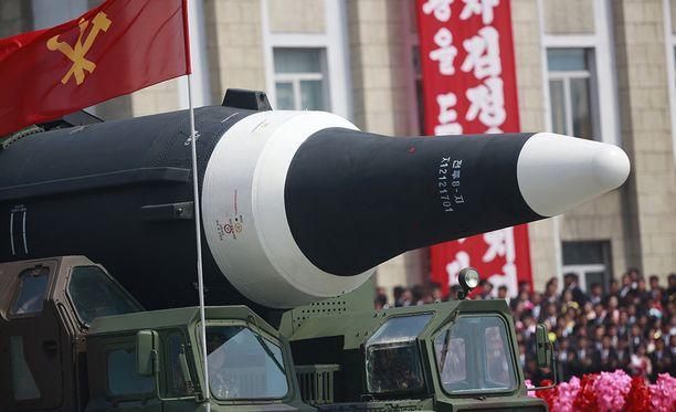 Viime lauantain paraatissa Pohjois-Korea esitteli ensimmäistä kertaa mannertenvälisiä ohjuksia. Jos ne olivat aitoja.