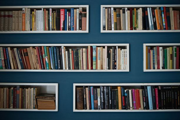 Talon toiseen kerrokseen teetettiin yksi ylimääräinen huone 1960-luvulla. Samassa yhteydessä teetettiin myös tämä kirjahylly, jossa kirjat on upotettu suoraan seinään.