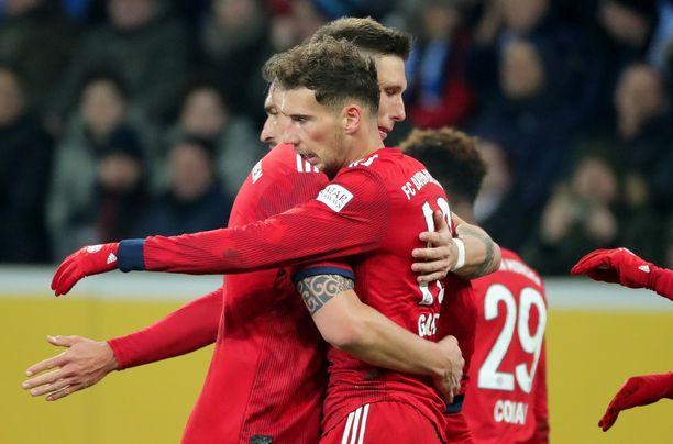 Leon Goretzkan (oik.) avausjakson maalit löivät alkutahdit Bayernin voitolle perjantaina.