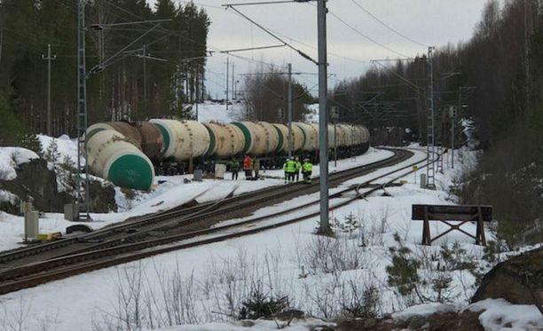 Onnettomuus tapahtui lauantaina 7. huhtikuuta, kun Mäntyharjun Kinnin seisakkeella tilapäisessä säilytyksessä ollut junanvaunujen letka lähti liikkeelle, ja yksi säiliövaunu törmäsi päätepuskimeen.
