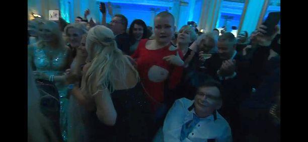 Sandra Marins vilautti Linnan juhlien jatkoilla.