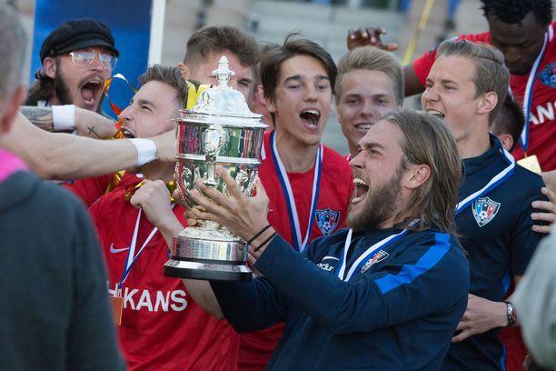Mika Ojala juhli Interissä Suomen Cupin voittoa.