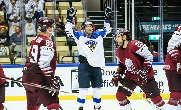 Veli-Matti Savinainen tuuletti maalia Suomen 8-1-voittoon päättyneessä ottelussa.