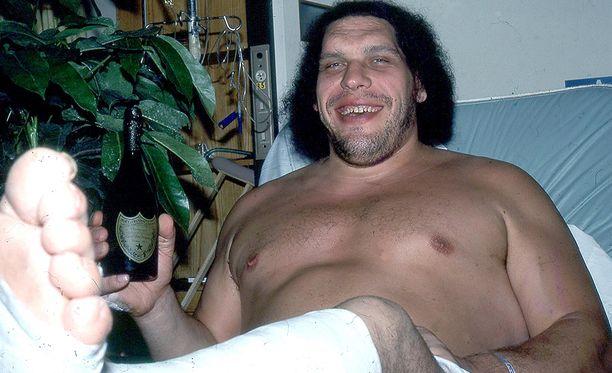 Näin pieneltä samppanjapullo näytti 'Andre The Giantin kädessä.