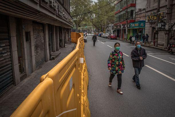 Wuhanilaiset pääsivät päiväkävelylle kaupungin keskustaan maanantaina.
