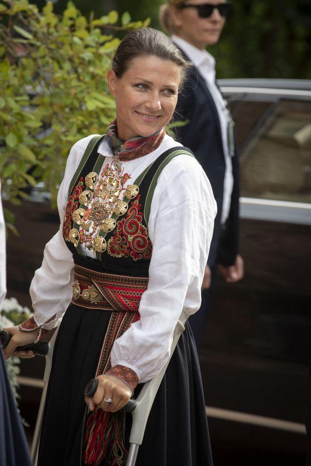Perheen naiset olivat pukeutuneet konfirmaatiota varten kansallisasuihin.