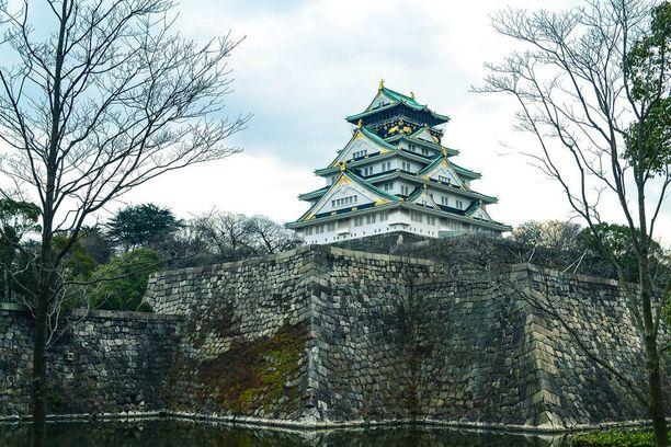 Osakan linna näkyy kauas, sillä se on rakennettu kahden täyttömäen päälle.