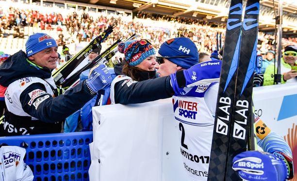 Koko Suomen hiihtomaajoukkue juhli Heikkisen MM-pronssia.