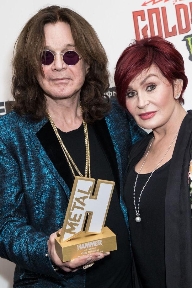 Sharon Osbournen mukaan kukaan järkevä äiti ei päästäisi lapsiaan supertähtien kanssa samaan sänkyyn - ei edes hänen oman miehensä viereen.