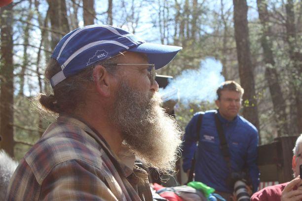 """Gary Cantrell lähettää kilpailijat matkaan sytyttämällä tupakan. Tuntia aiemmin tulee ennakkovaroitus, kun """"Lazarus Lake"""" puhaltaa simpukankuoreen."""