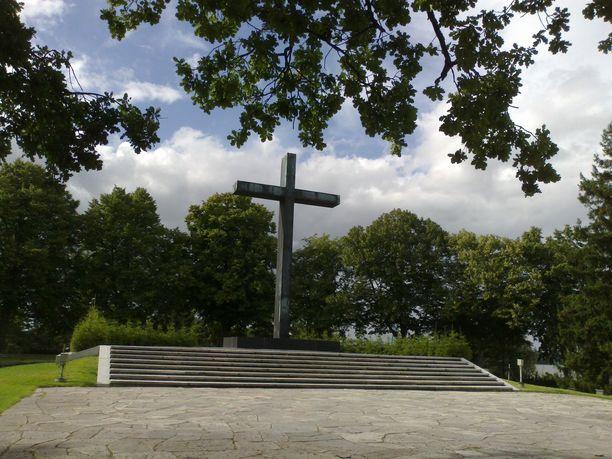 Hietaniemen hautausmaalla ja Mannerheimin patsaalla tapahtuvat juhlallisuudet ovat yleisölle avoinna.
