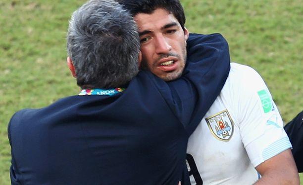 Päävalmentaja Óscar Tabárez halaa Luis Suárezia. Muualla tuki onkin vähissä.