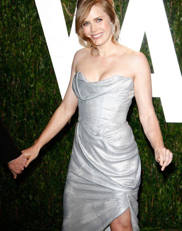 Amy Adams vilautti reittä Vanity Fairin juhlissa.