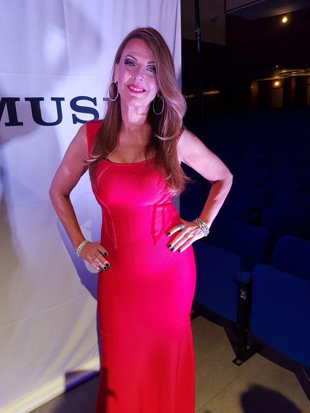 Eini sädehti punaisessa puvussaan: - Jännitin lentokentällä niin, että sydän hakkasi, kun olin Baccaraa vastassa.