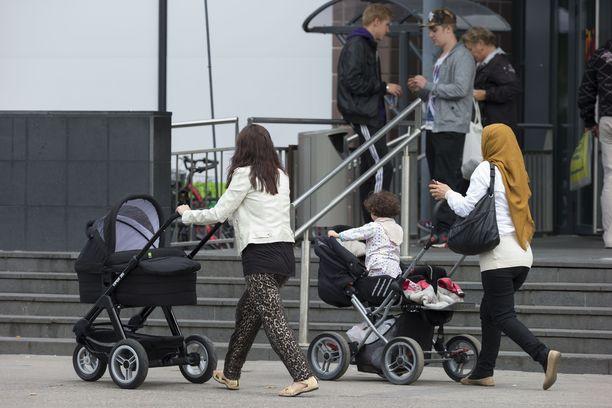 Lastenvaunujen kanssa ostoksilla käyminen ei aina ole helppoa. Esteenä voi ahtaus, portaat tai muiden valtaama hissi, kuten Anna Pastak blogissaan kertoo. Kuvituskuva.
