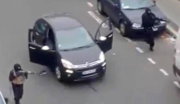 Naamioituneet asemiehet tallentuivat silminnäkijän videolle Charlie Hebdo -lehden toimituksen edustalla.