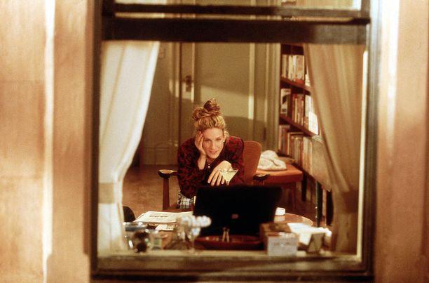 Mikähän kolumni Carriella oli tässä syntymässä? Työpöydän sijainti mahdollisti mietteliäiden katseiden luomisen ulos ikkunasta, mikä oli oleellinen osa lempihahmomme työprosessia.