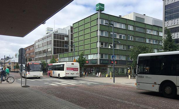 Arkistokuva Torikadulta, jossa kulkee paljon linja-autoja, eli oululaisittain onnikoita.