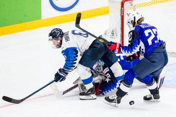 Suomen Jenni Hiirikoski törmäsi MM-finaalin jatkoajalla USA:n maalivahtiin, jonka jälkeen Petra Nieminen iski pikkumustan häkkiin. Suomen maali hylättiin.