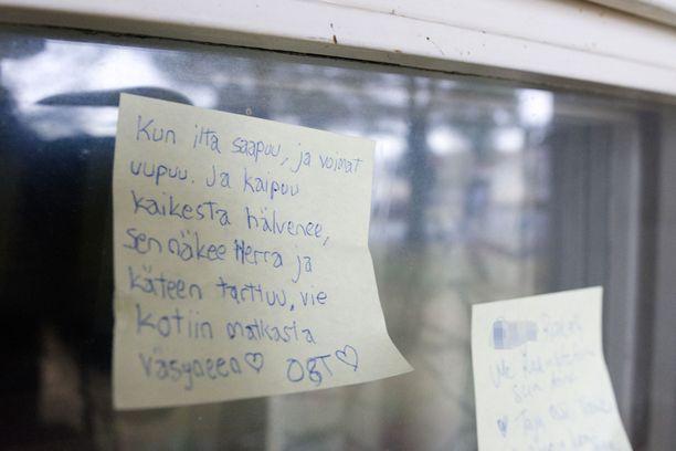 Surmatun naisen ikkunaan oli tuotu muistoviestejä.