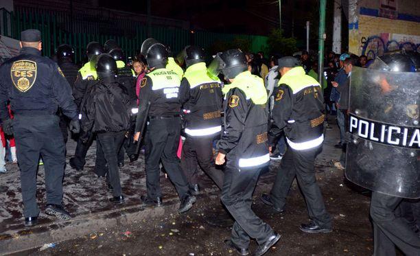 Kyseessä ei ollut ensi kerta, kun Meksikon vankiloissa syttyy rajuja väkivaltaisuuksia. Kuvassa poliisit menevät taltuttamaan vankilamellakkaa Barrientosissa kesäkuussa 2016.