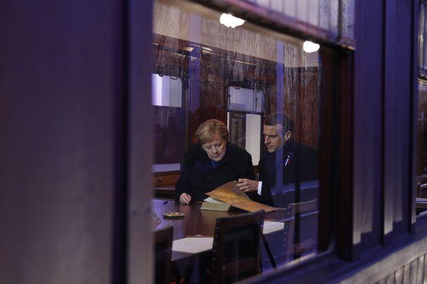 Saksan liittokansleri Angela Merkel ja Ranskan presidentti Emmanuel Macron vierailivat Compiègnen muistoaukion junanvaunussa lauantaina.