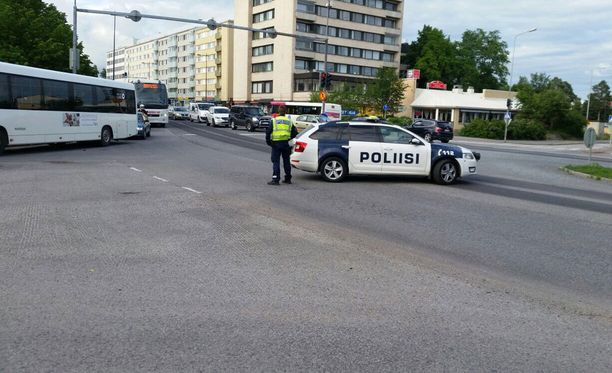 Oulun poliisi on tyhjentänyt Raatinsaarta varotoimenpiteenä. Liikenne Merikoskensilloilla on katkaistu.