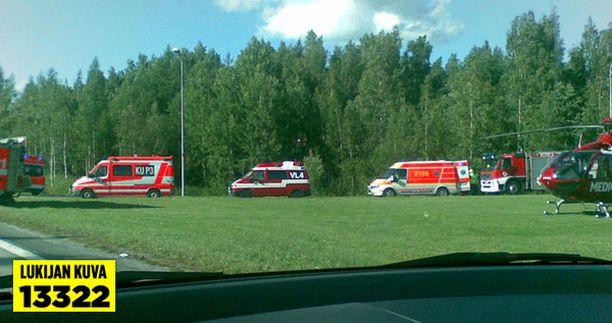 Paikalle hälytettiin useita sairaankuljetusautoja.