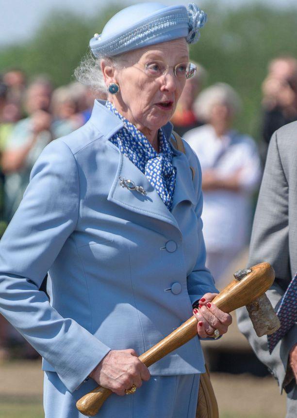 Margareeta sai vierailullaan kunnian pätkäistä naru kahtia kirveellä.