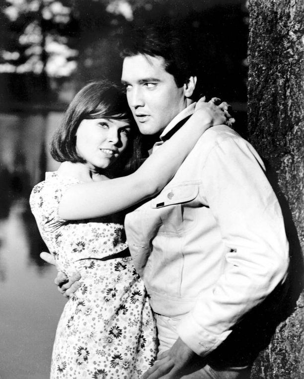 Yvonne Craig ja vastanäyttelijä-poikaystävä-supertähti Elvis Presley vuonna 1964 Kissin' Cousins -leffassa.