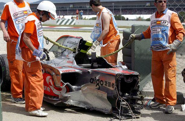 McLarenin keula tuhoutui törmäyksessä, mutta kuljettajaa suojaava runko säilyi melko hyvin ehjänä.