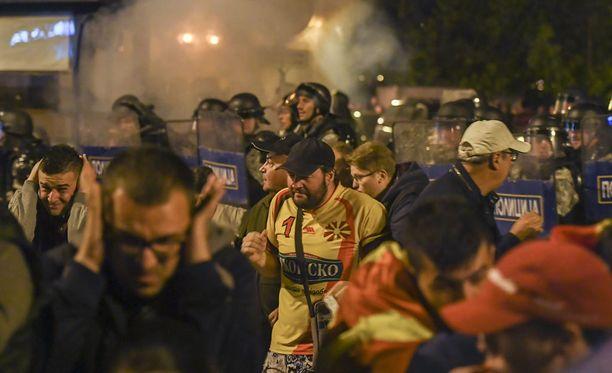 Makedoniassa 77 ihmistä on loukkaantunut mielenosoituksissa parlamenttitalolla Skopjessa.