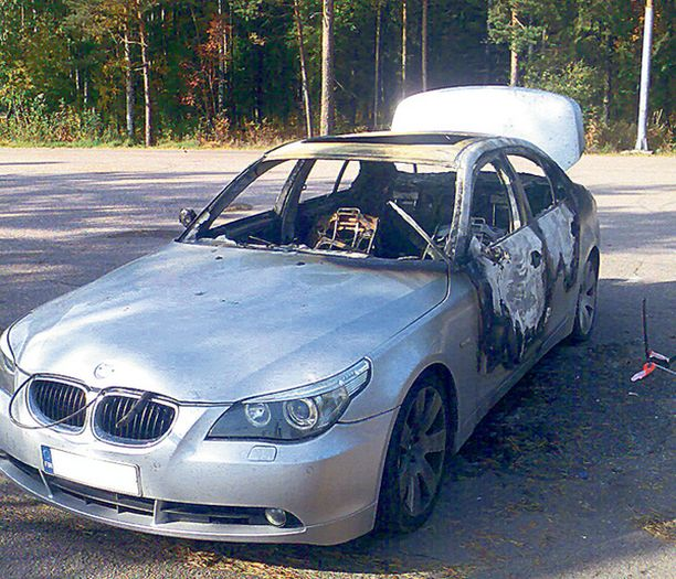 POLTETTU Liekit tuhosivat BMW:n varhain sunnuntaiaamuna Helsingin Oulunkylässä.