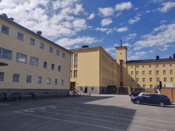 Kaupunki vuokrasi koulukäyttöön nämä tilat, jotka vapautuivat Suomen Yliopistokiinteistöiltä (SYK) opettajankoulutuslaitoksen lopettaessa Hämeenlinnassa vuonna 2012.