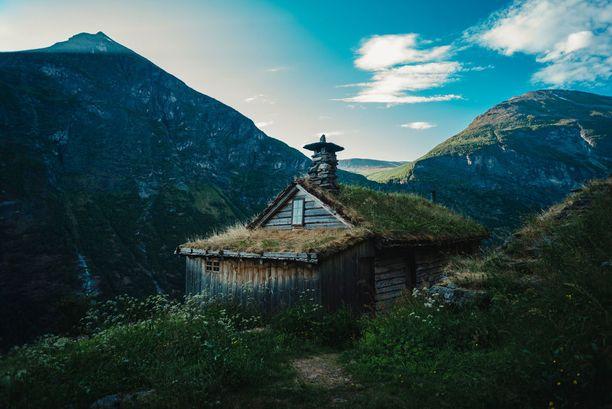 Vuoristomökki on kuin kansansadusta. Tässä voisi asua vaikkapa maahinen.