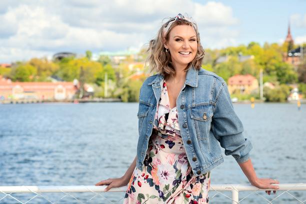Laulaja Sanna Nielsen juontaa jälleen yhteislauluiltamaa, tällä kertaa tosin tyhjille katsomoille.