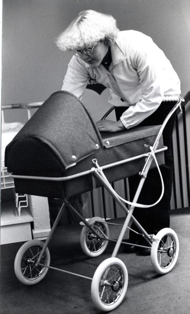 Kuvateksti 70-luvulta kertoo, että italialaiset denimkankaiset vaunut ovat kevyet käsitellä ja että koriosa on käteväliikutella sellaisenaan.