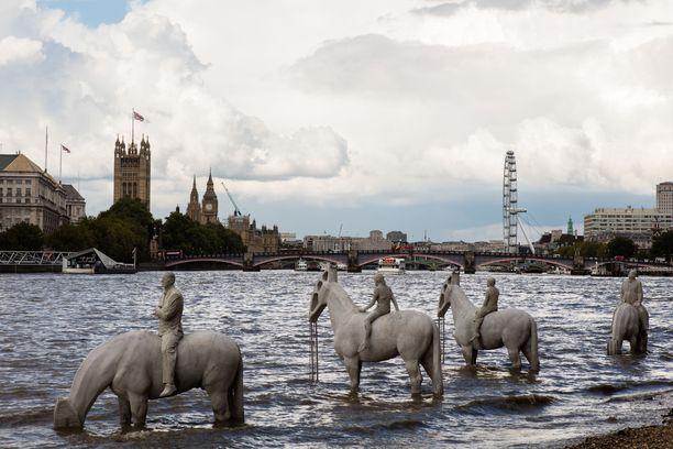 Jason deCaires Taylor pyrkii veistoksillaan edistämään erityisesti merten ympäristönsuojelua. Kuvassa the Rising Tide -teos Lontoossa.