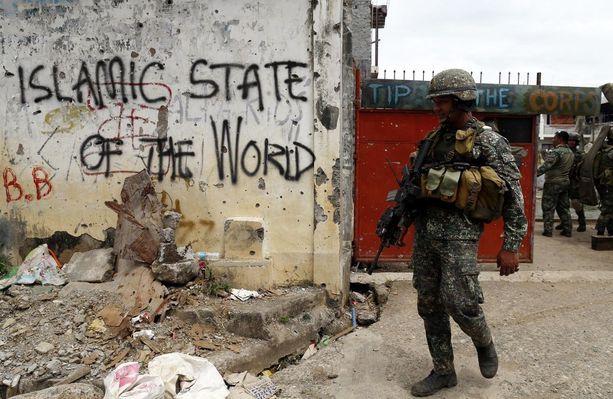 Seinäkirjoitus viittaa maailmanlaajuiseen Isisiin. Kuva vapautetulta alueelta Marawin kaupungissa Filippiineillä syyskuussa.