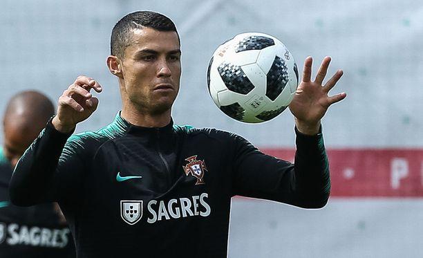 Cristiano Ronaldo hyökkää muun muassa omia seurakavereitaan vastaan, kun perjantai-ilta huipentuu Portugalin ja Espanjan kohtaamiseen.