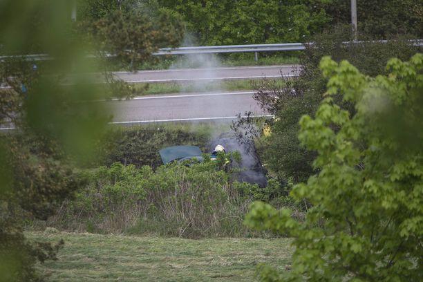 Palon aikana auto käynnistyi itsestään ja lähti liikkeelle. Auto ajoi lopulta ilman kuljettajaa ojaan.